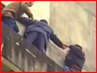 男性が静止を振り切って飛び降り自殺する瞬間 ショッキング注意