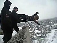 ロシアの団地でバンジージャンプに別の動画があった。やはり恐ろしすぎるw