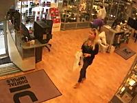 オスロの爆弾テロ事件の爆発の瞬間を捉えた店内監視カメラの映像。