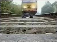 線路に寝転がって電車をやり過ごす姿をビデオカメラで撮影 デンジャラス