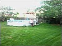 ばーん!予想以上の爆発力。お庭のプールを爆破してみたwwwww