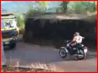 運動エネルギーの全てを全身で受け止めてしまうバイクの正面衝突事故。
