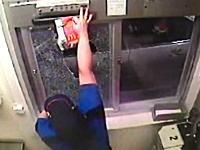マックのドライブスルーでブチギレた女が店員を殴ってドアを破壊!原因はナゲットw