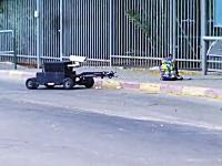不審物をバス停に置いて通報。爆弾処理班を出動させるイタズラ映像。海外