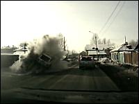 スピード出しすぎだろ(@_@;)雪だまりに激しく突っ込みぶっ飛び横転する車