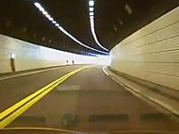 ドライブレコーダー。不運すぎる事故の映像。トンネル内のカーブで正面衝突