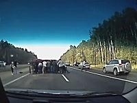 目の前で車が横転!周りのみんなが車を止めて力を合わせて助けてあげる