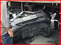 奇跡すぎる・・・。完全に潰された車内から生存者を救出しているビデオ。