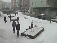 雪の重みで歩道が崩壊。歩いていた学生が呑み込まれる監視カメラの映像