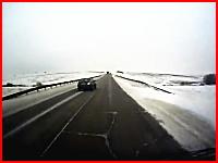 これは死んだかなと思われる木端微塵事故。雪でスピンした車にトレーラーが