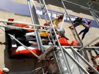 カメラマンがピットエリアでレースカーに轢かれてしまうアクシデント