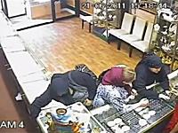 陳列トレイごとスカートの中に隠すおばちゃん窃盗団を撮影した監視カメラ