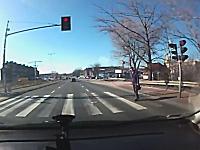 これは危ない!横断歩道を渡る歩行者に猛スピードの信号無視がギリギリ