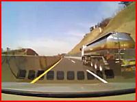 韓国のドラレコ。高速で対向車線から飛んできた何かにフロントを破壊される