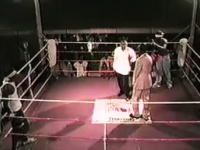 目隠し状態で行うボクシング。見えないからレフェリーも危険wwwwww