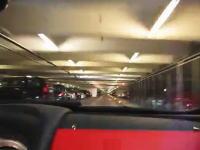 地下駐車場でSLRマクラーレンに乗って150km/hで爆走しているムービー。