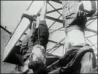 貴重映像、銃殺されて逆さ釣りにされるムッソリーニの哀れな末路