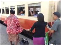 これはデンジャラス。死の危険性すらある電車の乗車方法。ミャンマー(ビルマ)