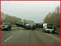 こわっ(@_@;)ロシアの正面衝突事故。真後ろにいたから破片が直撃バラバラ