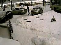 車の外に出てバックオーライしていた女性が下がってきた車に挟まれてしまう