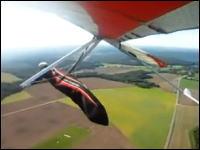 墜落の瞬間。宙返りに失敗したハンググライダーが墜落するまでの一部始終