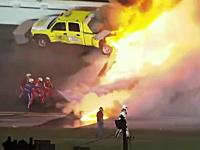 モントーヤ危機一髪(NASCAR)作業中のトラックに突っ込み炎上マシン大破