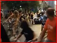 道路を走る自転車乗り数十人を跳ねまくる車を間近から撮影した衝撃映像