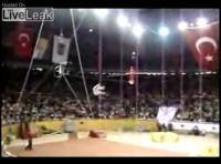 サーカスで失敗 地上10mの高さから落下してしまう男性
