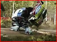 なぜそんな所にカメラが?WRCラリー・フィンランドでの激しいクラッシュ映像