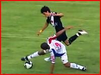サッカーで腕を骨折するアクシデント 後半のスロー映像怖すぎ(@_@;)