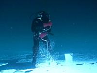 これは理解するのに時間がかかった。海底の更に下で魚釣り?かとオモタ