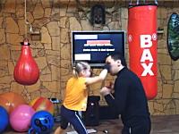 子供とは思えない動きでボクシングの練習を行う女の子。エリート教育か。
