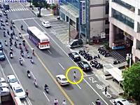 Japanじゃねえ!動画。道路を横断しようとした女性がスクーターにどーん。