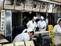 包丁のリズムがノリノリだ!飴屋さんの職人が包丁でタンタンポコポコポコ!