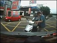 マジキチ。怒る理由が分からんスクーター乗り。短いバットを取り出して・・・。