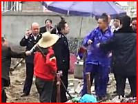 一撃必殺。違法建築の調査にやってきた検査官を農具で殺害。中国動画。