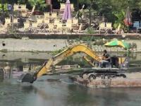 KOMATSUがベトナムで意外な使われ方をしていた。サイゴン川をすいすい