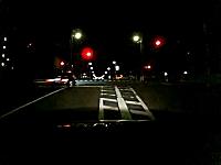 夜道を猛スピードで逃走するセルシオ。信号無視!それを追うパトカー。