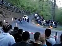 なぜ歩いていた?wラリーコースを歩いていた4人組が車に轢かれそうになる
