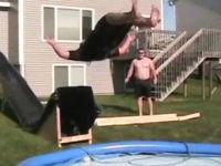 おいおっさんwwwwwウォータースライダーでプールを飛び越えて痛い動画。