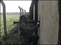小窓からRPGを発射しようとしていた反乱軍の兵士が狙撃される瞬間。シリア