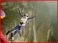 ベースジャンプ失敗で岩に激突(@_@;)カメラが捉えた恐怖のアクシデント