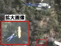 これは危ねぇ!ヘリコプターの救助カゴに必死に捕まる負傷者