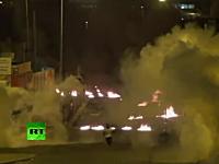 デモ隊の火炎瓶地獄に対する治安部隊の催涙弾。混乱が続くバーレーン