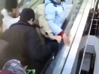 イラクのエスカレーターがカオスwww乗り方が分からなくて必死になってる人たち