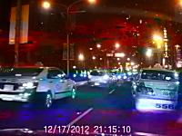 タクシーの目の前で転倒して車の下敷きになってしまったスクーターの人
