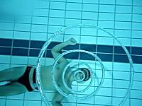 バブルリングの達人。連続輪っかが美しい水中ビデオ。ポワッ!クルクル。
