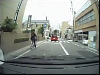 横断歩道で自転車と車が超絶ギリギリ。自転車も免許制度にしたらどうだろう