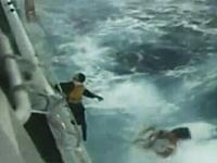 日本の巡視船が荒波のなか漂流していた中国人を救出する瞬間の映像
