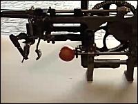 古い機械は楽しい動画。レトロなリンゴの早剥きマシンを実際に動かしてみた